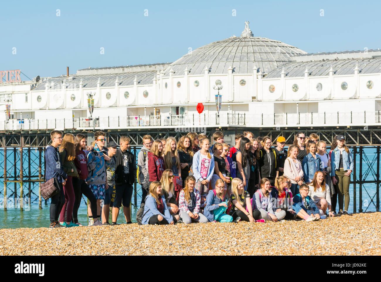 Gran grupo de estudiantes en un viaje de un día a la orilla del mar. Imagen De Stock