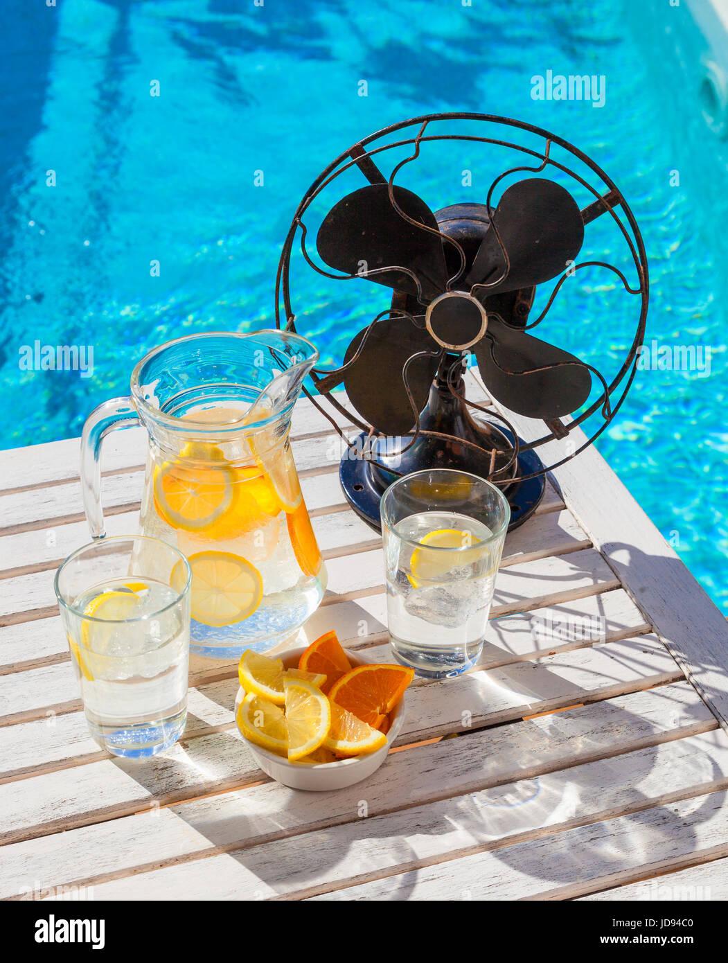 Agua Refrescante Con Hielo Limon Y Naranja Y Un Ventilador Vintage