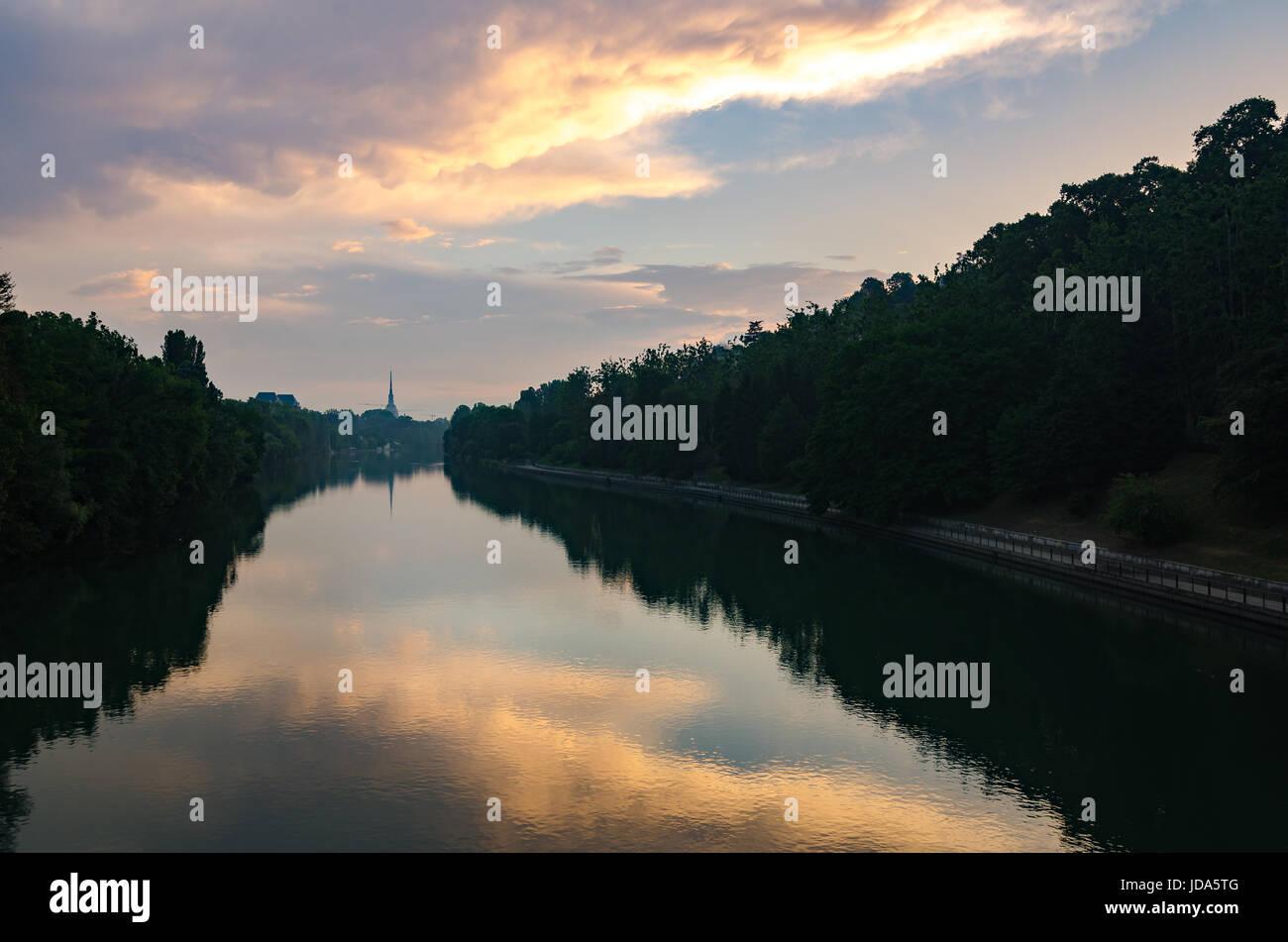 Turín vista escénica en Fiume Po y Mole Antonelliana Foto de stock