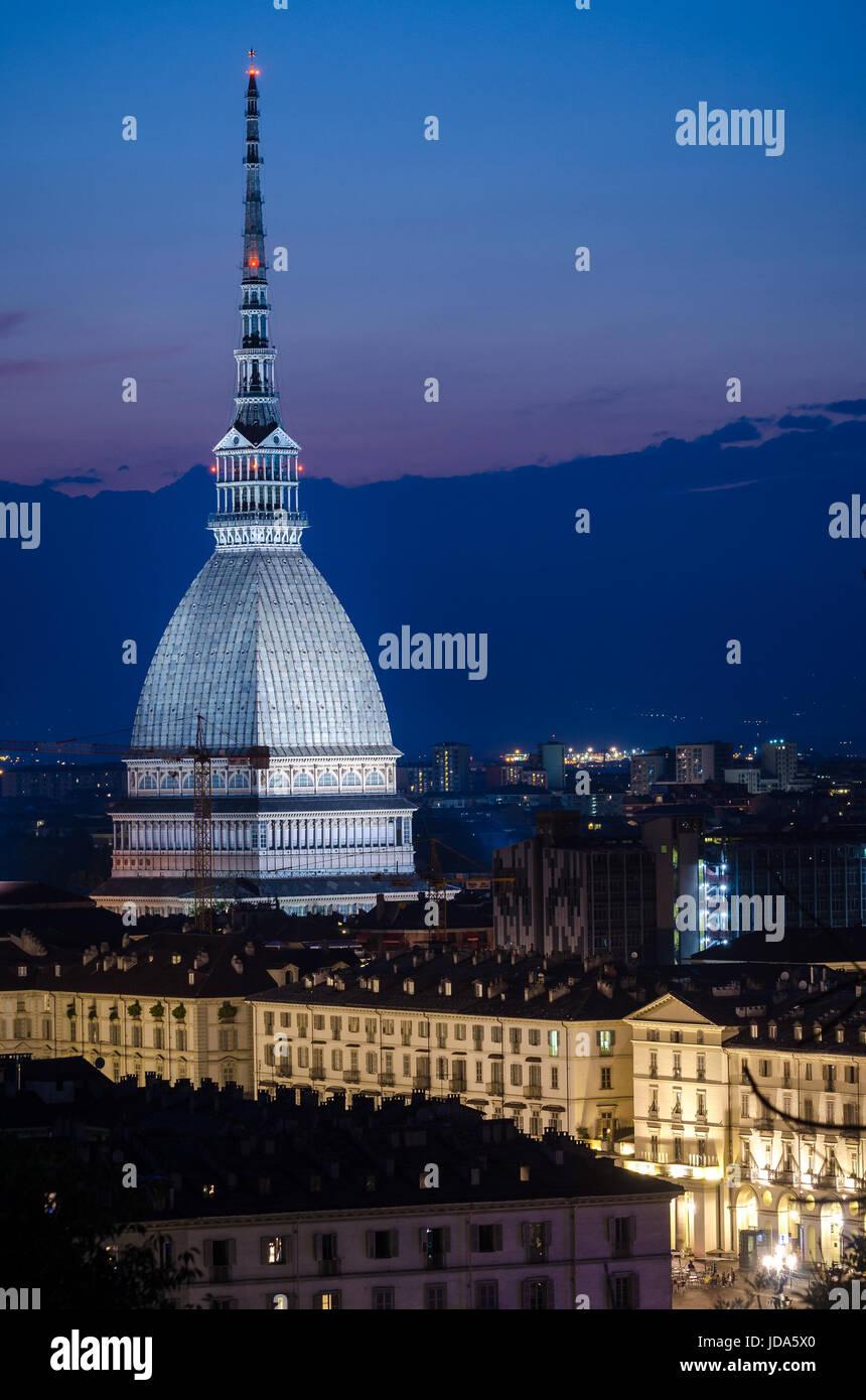 Turín vista escénica con Mole Antonelliana Foto de stock
