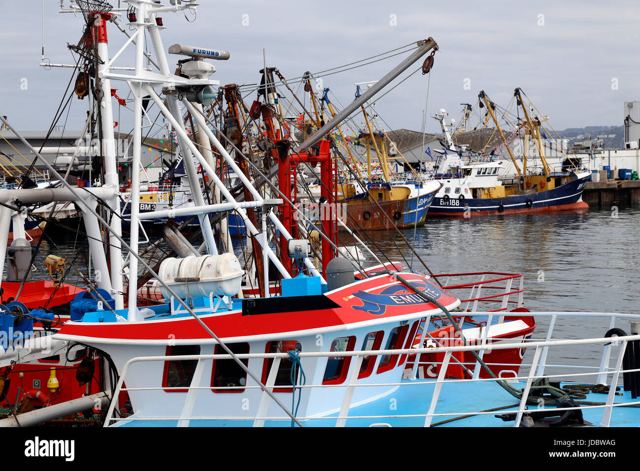 Embarcación de Devon,un barco u otro recipiente que viaja sobre el agua. Aldea, aldeas, embarcaciones, embarcaciones Foto de stock
