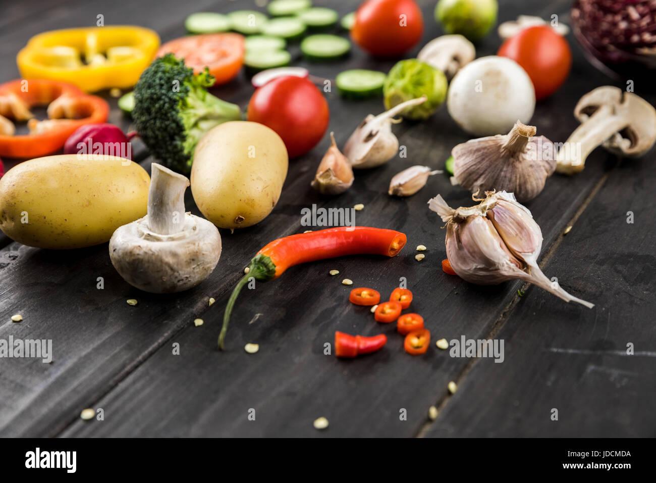 Vista cercana de verduras frescas de temporada en el fondo de la tabla de madera Imagen De Stock