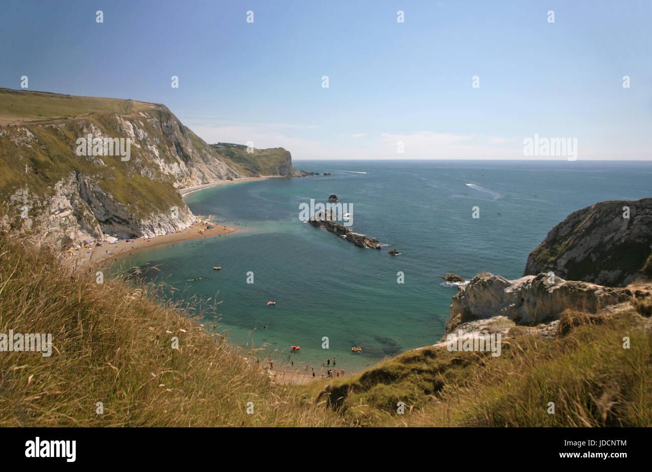 Man o' War Bay, cerca de la puerta de Durdle, y la vista hacia el este a lo largo de la Costa Jurásica, en Dorset, Reino Unido Foto de stock