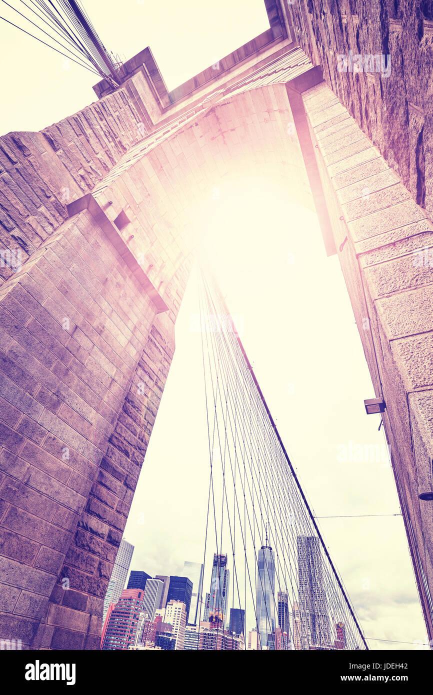 Vintage gran angular estilizada imagen del Puente de Brooklyn, Nueva York, EE.UU.. Imagen De Stock