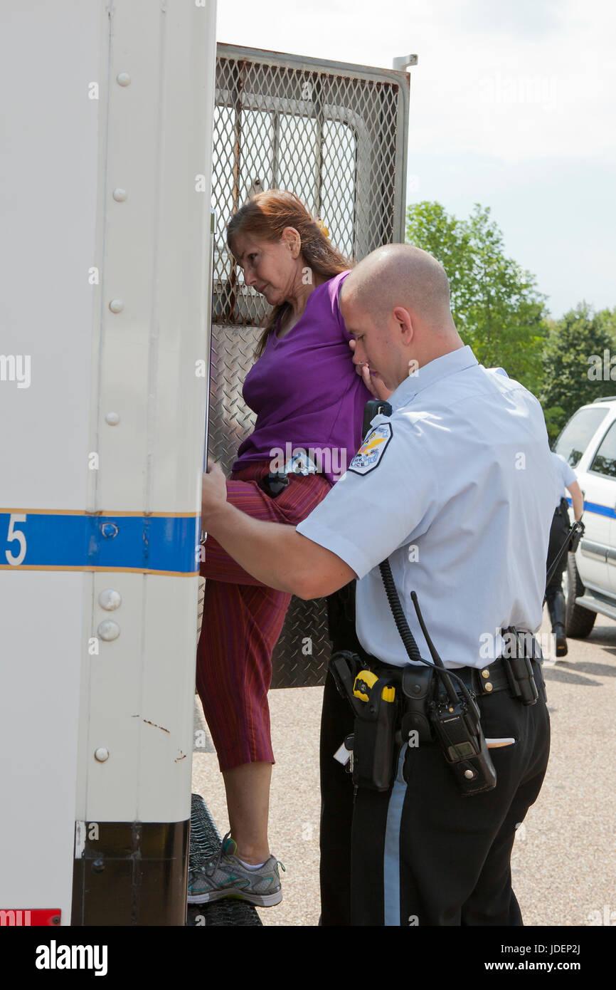 La policía detuvo a manifestante ambiental led en furgón policial - Washington, DC, EE.UU. Imagen De Stock