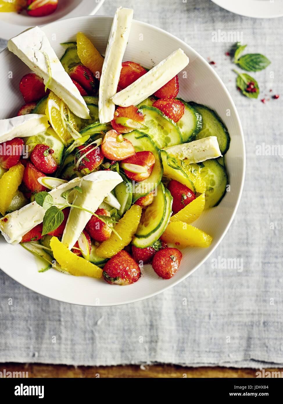 Ensalada de pepino con camembert y fresas. Foto de stock