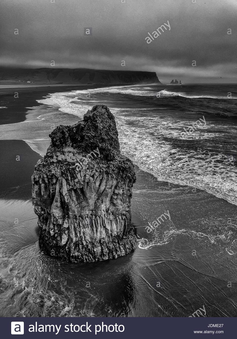 Playas de arenas negras de Islandia. Imagen De Stock