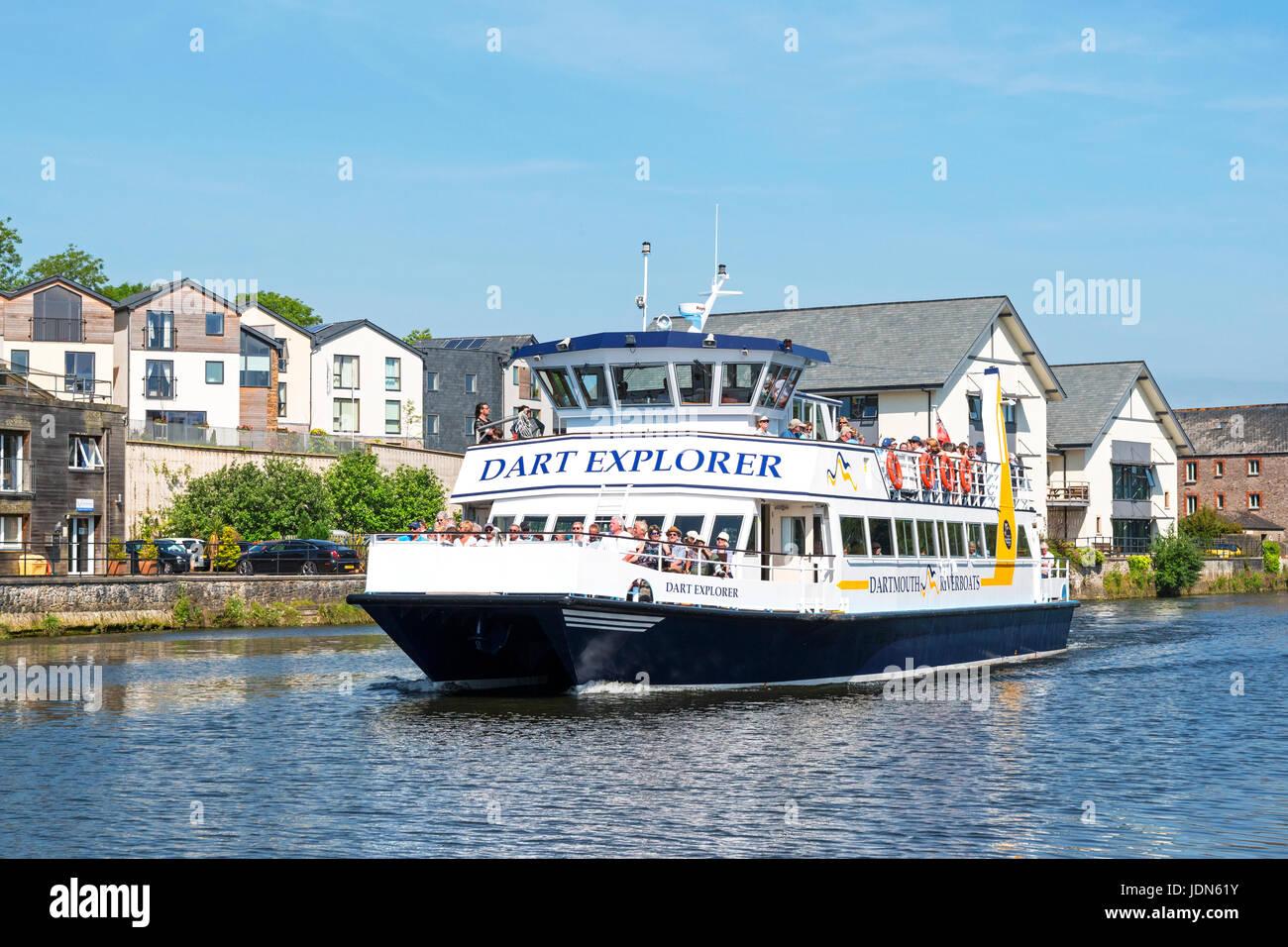 La gente en un viaje en barco por el río Dart en Totnes, Devon, Inglaterra, Gran Bretaña, Reino Unido. Imagen De Stock
