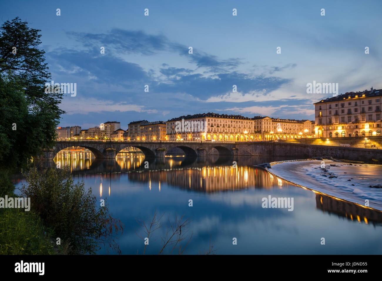 Turín vista panorámica del río Po y Piazza Vittorio con una arquitectura elegante. Foto de stock