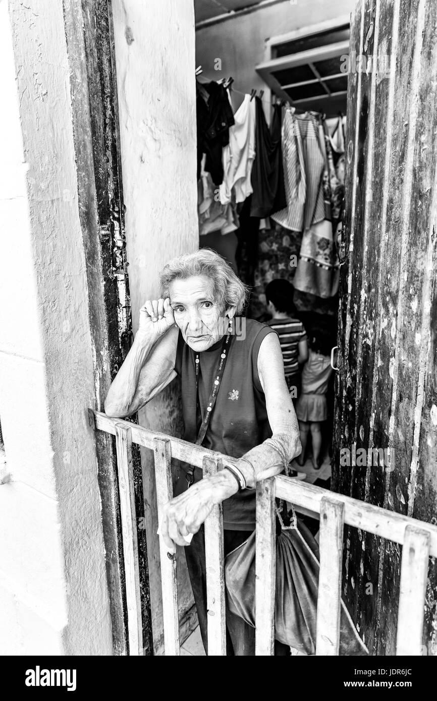 La vieja señora, anciana, pobre mujer, cansada mujer, mujer atormentada, triste mujer, mujer, vieja deprimido, Imagen De Stock