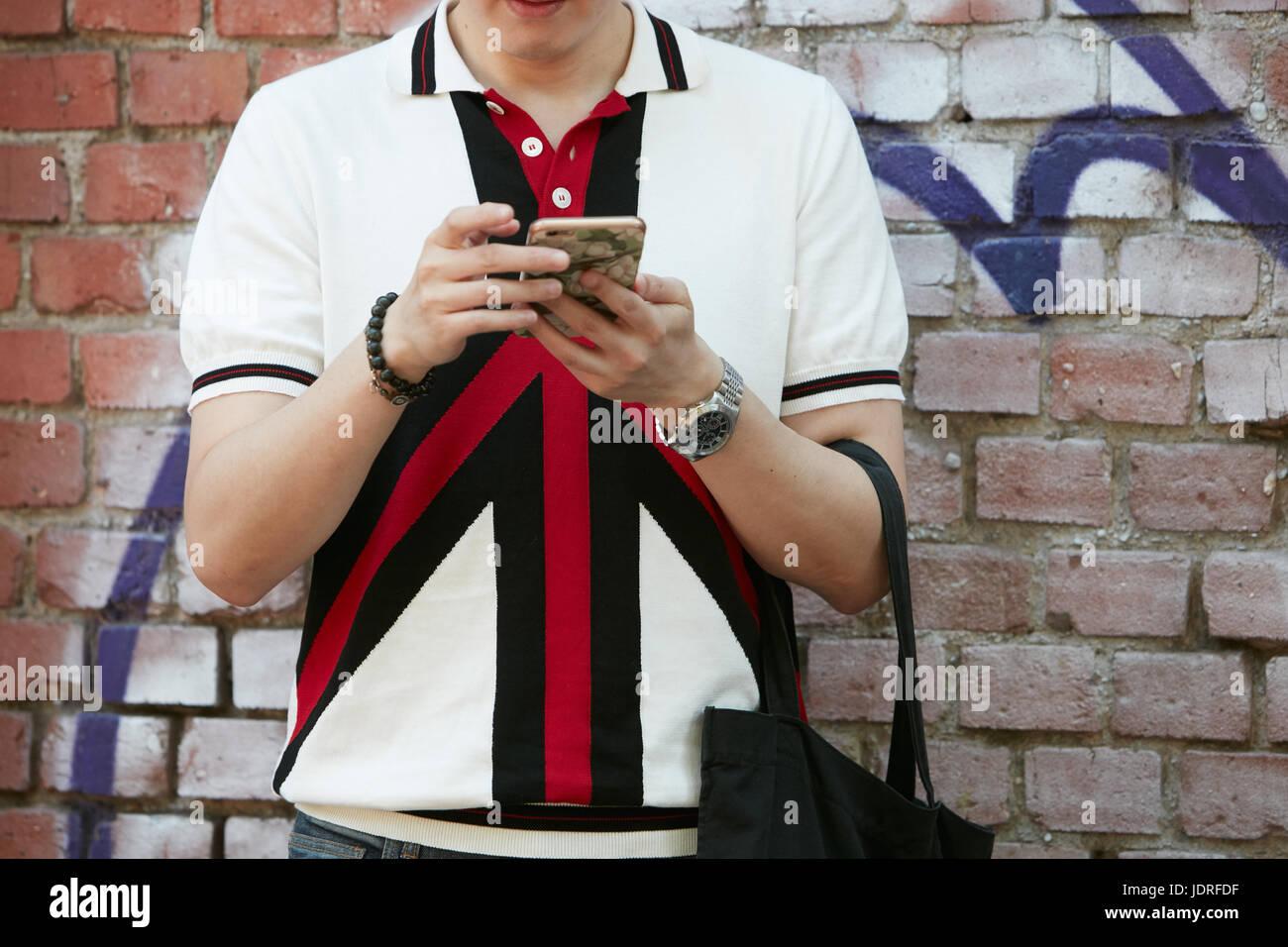 Milán - Junio 19  El Hombre con camisa polo blanco y Gucci watch antes de 87dbf210432