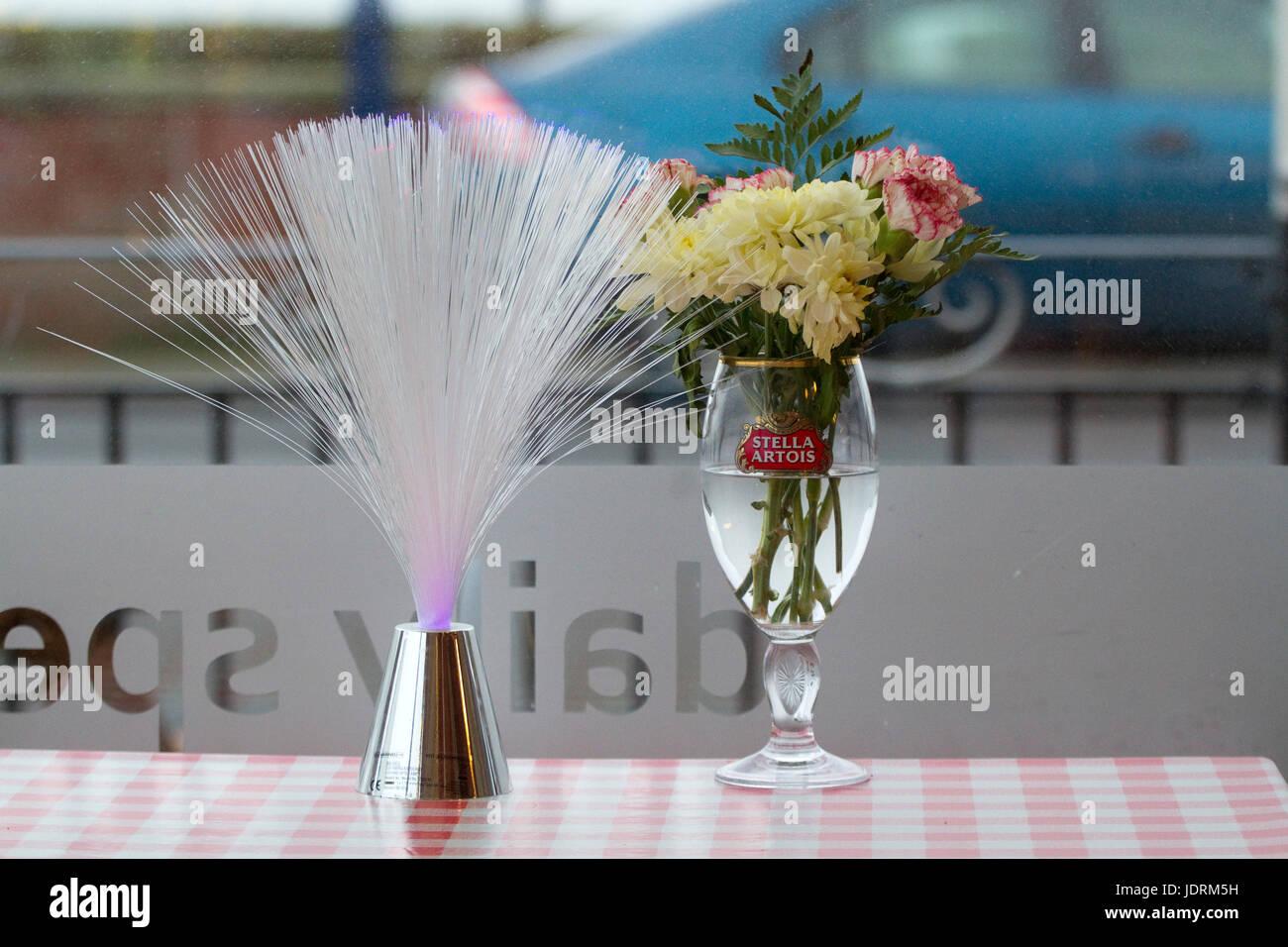 Mares Tail Y Arreglo De Flores En Un Vaso De Cerveza Y Un