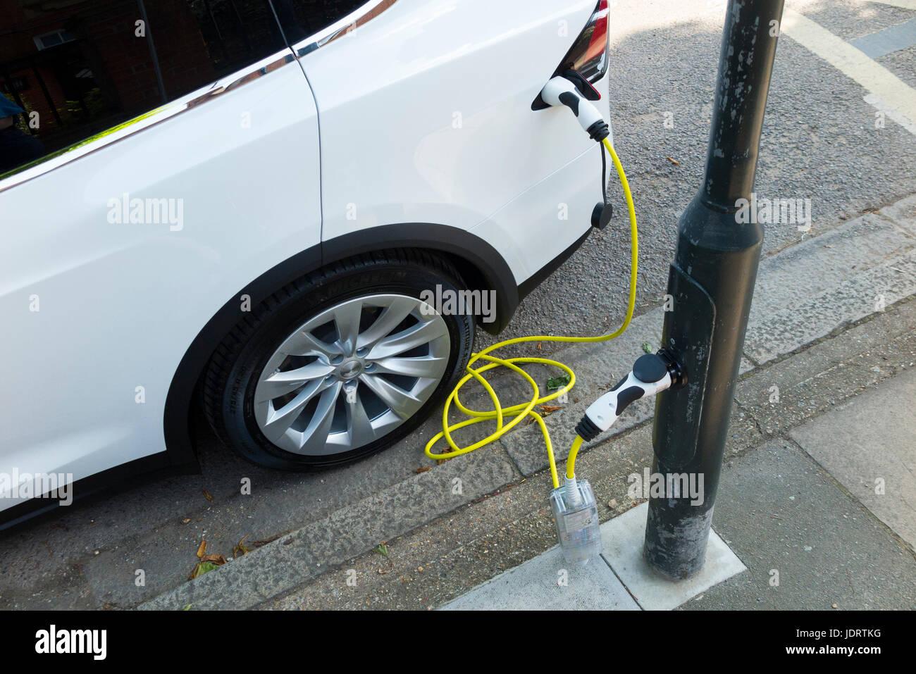 Cargador de coche eléctrico la conversión por Ubitricity: cable inteligente en una farola que ahora puede Imagen De Stock