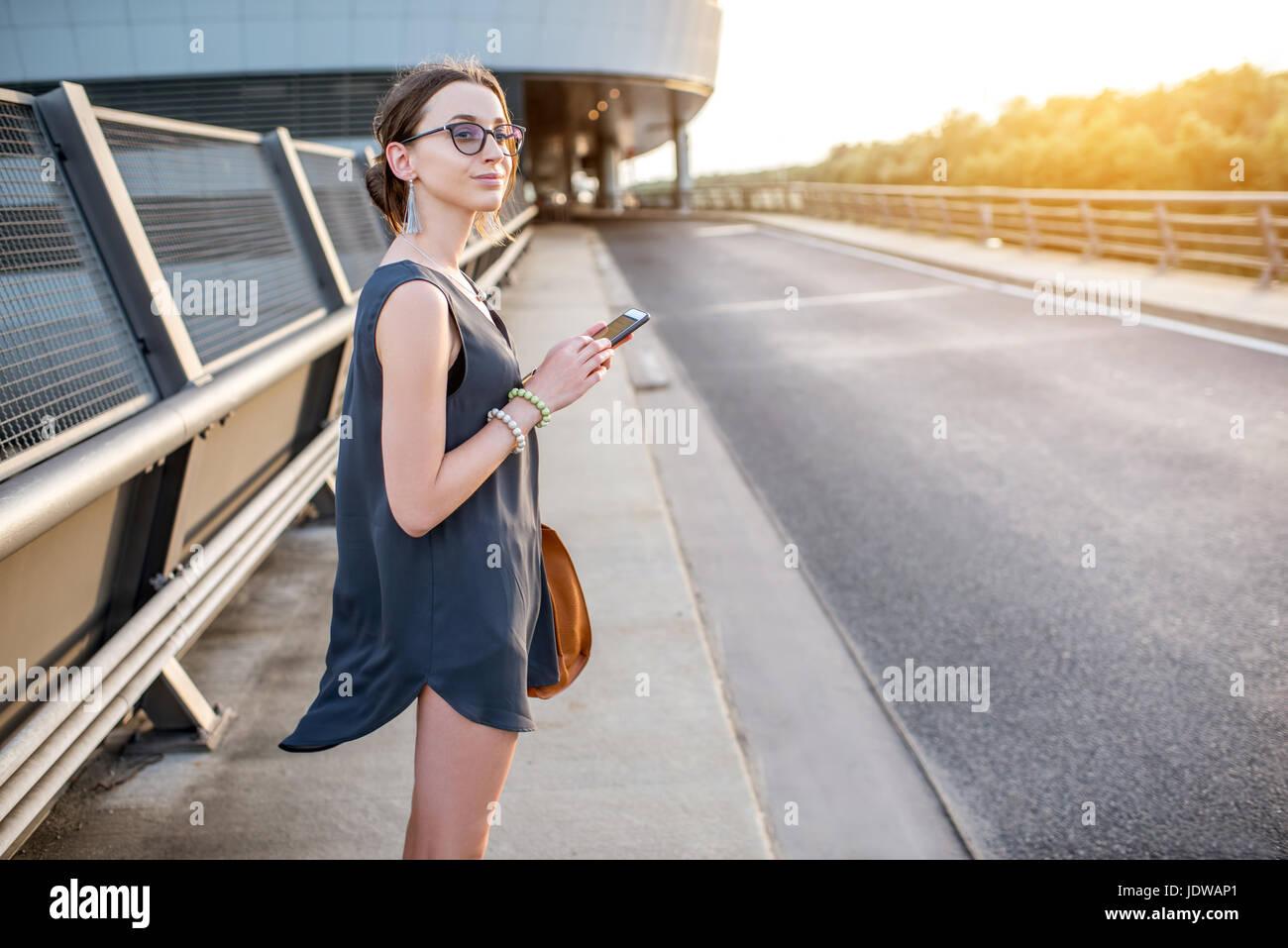 La empresaria afuera en la carretera Foto de stock