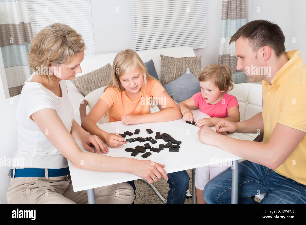 Familia Joven Jugando Domino Juego En Casa Foto Imagen De Stock
