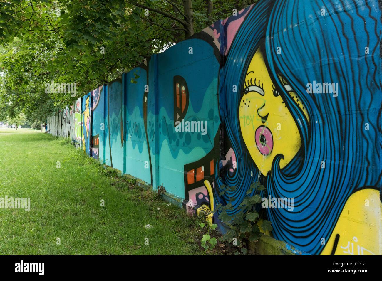 Berlín. Alemania. La sección restante del Muro de Berlín con graffiti en Puschkinallee, catalogado como monumento Foto de stock