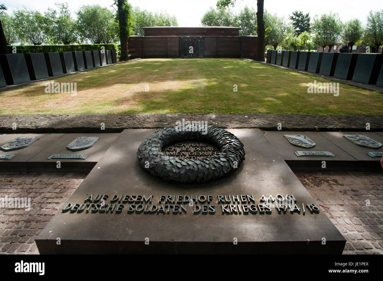 La 'Duetscher Soldatenfriedhof' (Alemán) en el cementerio del soldado Langemark es especialmente emotivo debido Foto de stock