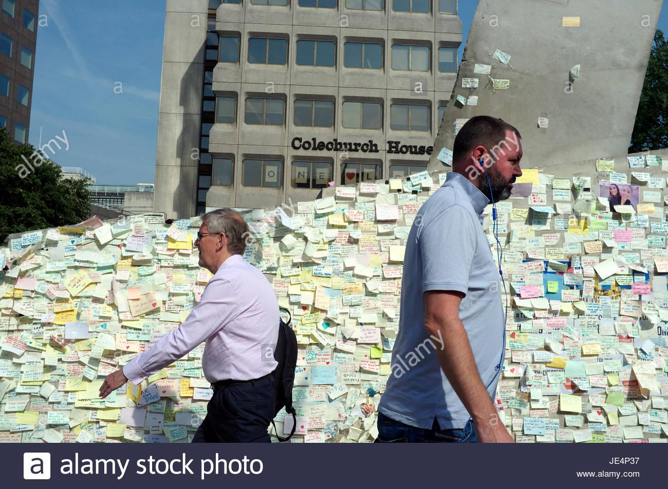 Papel de pared ofrece notas de condolencias y solidaridad a London Bridge, en respuesta a los ataques terroristas Imagen De Stock