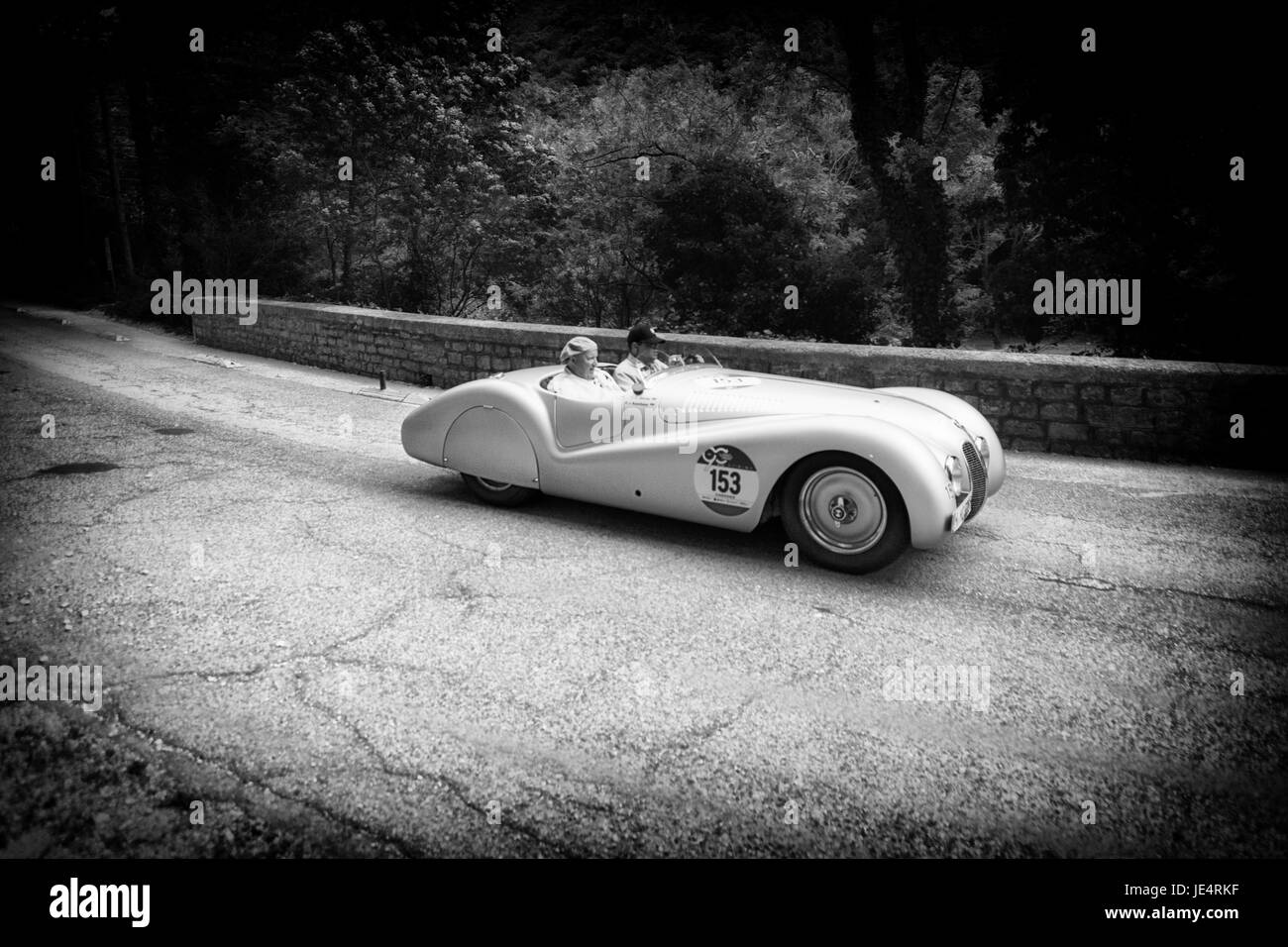 GOLA DEL FURLO, Italia - 19 de mayo de 2017: BMW 328 SPIDER Mille Miglia 1939 en un viejo coche de carreras de rally Imagen De Stock