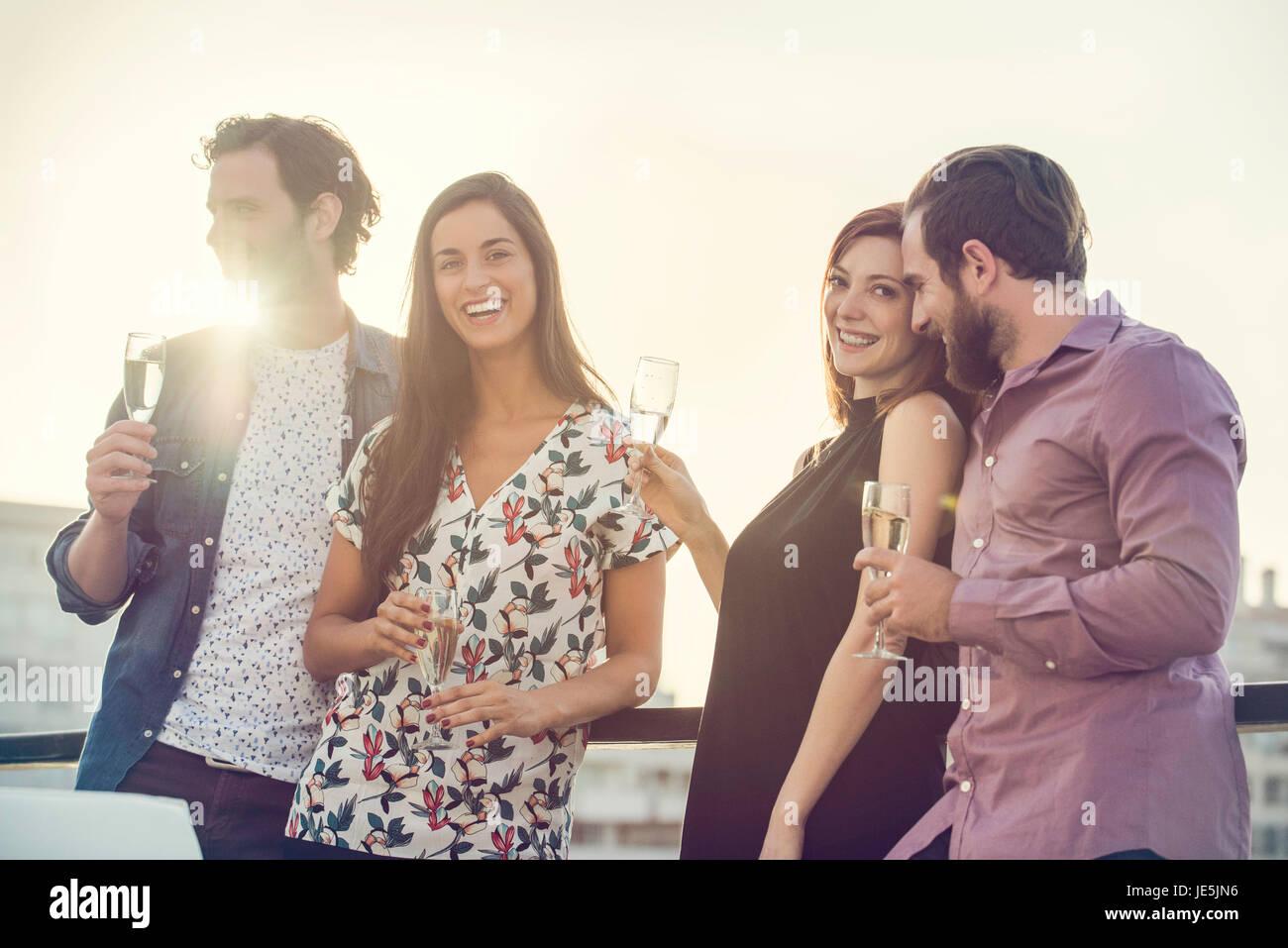 Grupo de amigos con vino relajante al aire libre Imagen De Stock