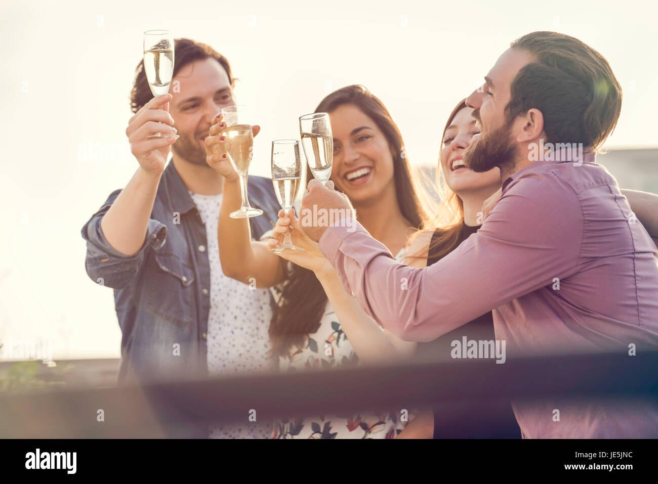 Amigos beber champán junto al aire libre Imagen De Stock