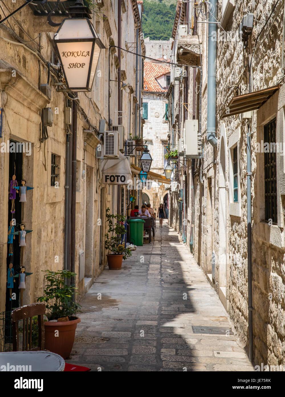 Calles estrechas en el casco antiguo de Dubovnik en la costa dálmata de Croacia Imagen De Stock