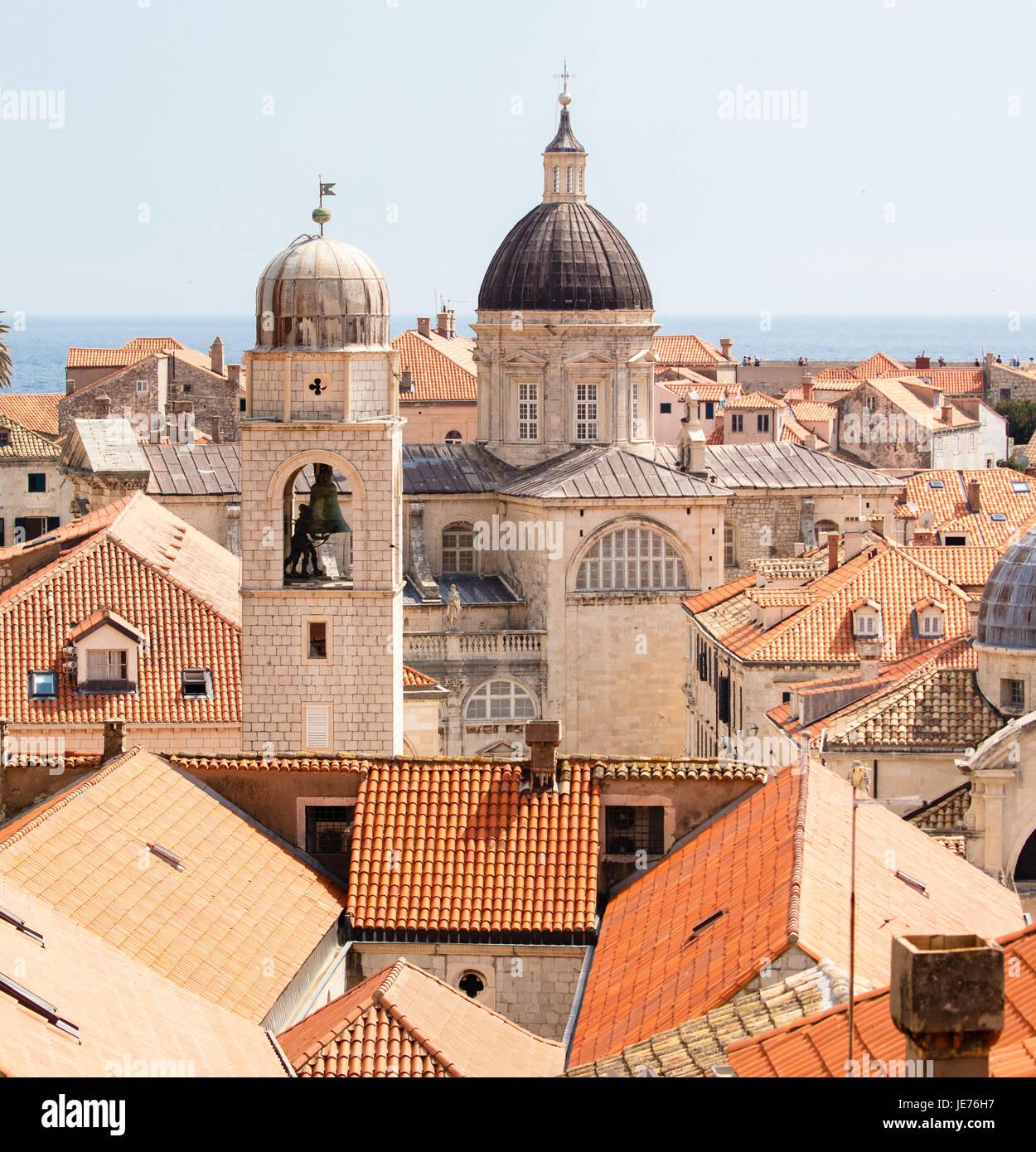 La Torre Campanario y catedral desde las murallas de la ciudad medieval de Dubrovnik, en la costa dálmata de Croacia Foto de stock
