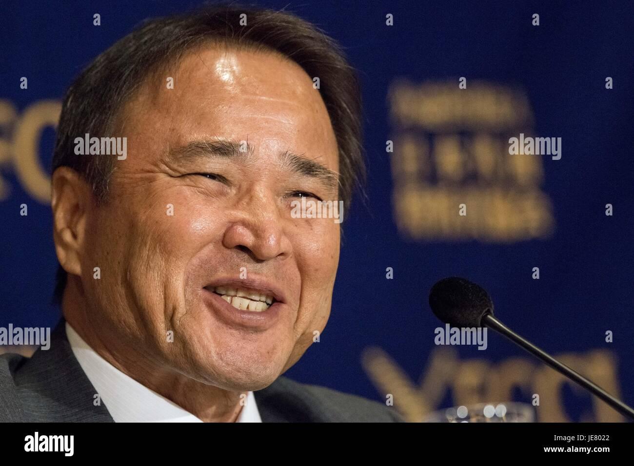 Junio 23, 2017 - Tokio, Tokio, Japón - Hiroji Yamashiro, Presidente del Movimiento por la paz de Okinawa ofrece Imagen De Stock
