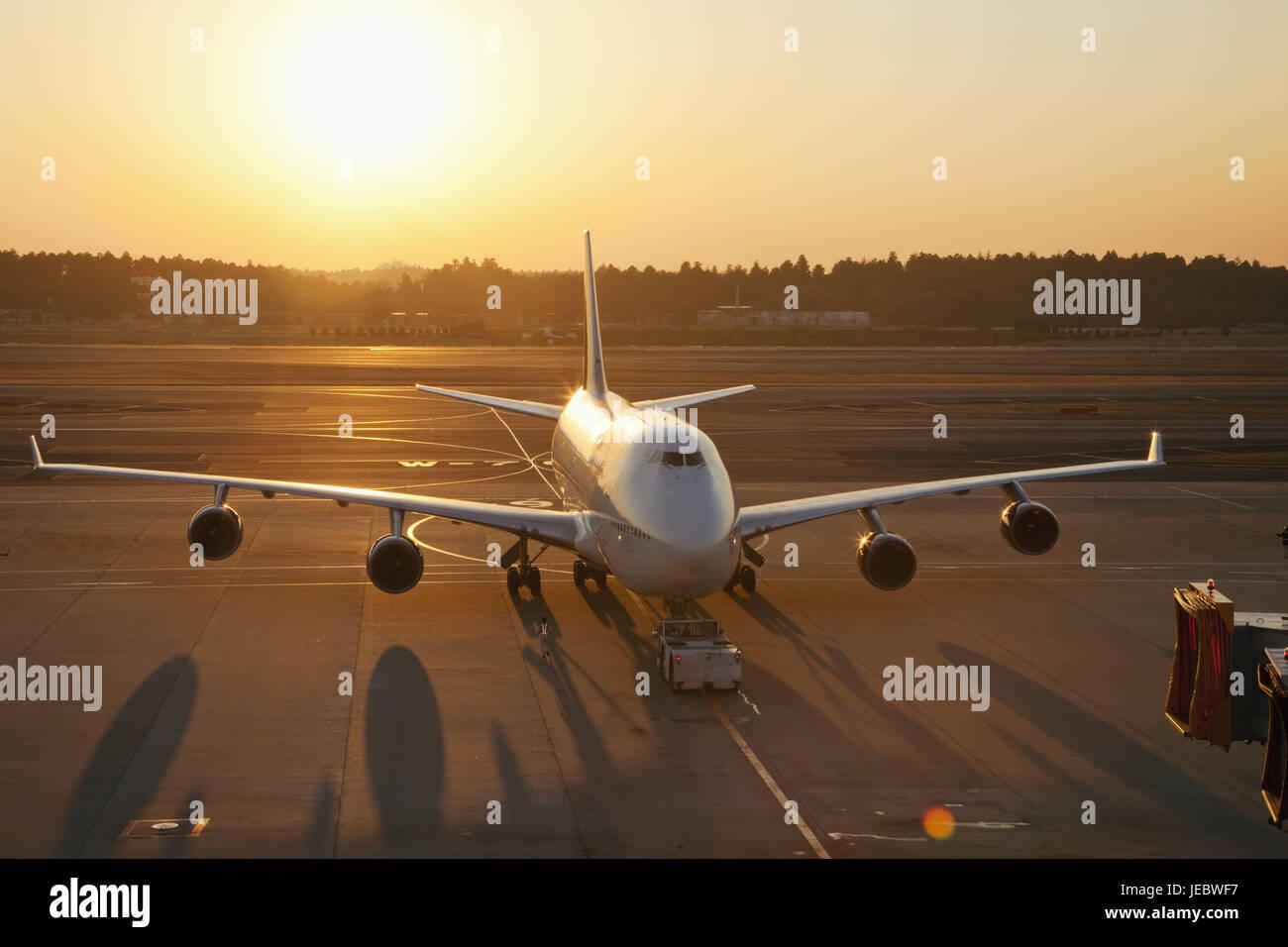 Japón, Tokio, aeropuerto internacional de Narita, campo de aterrizaje, el avión, la luz del atardecer, Imagen De Stock