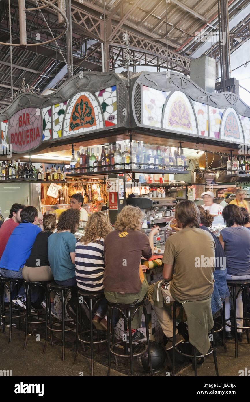 España, Barcelona, Las Ramblas, el Mercat de la Boqueria, jóvenes en bares de tapeo, Foto de stock