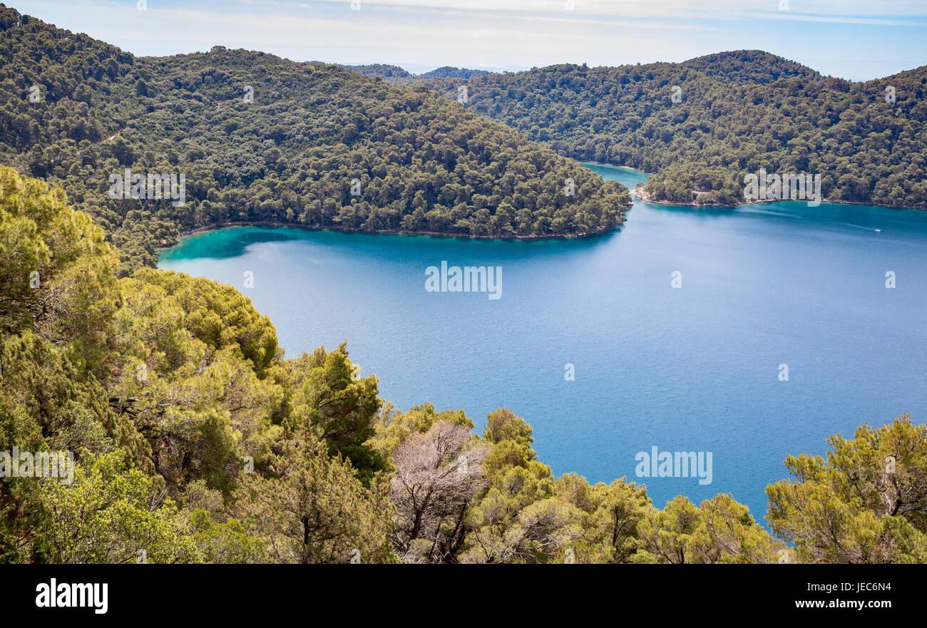 Mar Lago de Veliko Jezero y su entrada del mar en la isla de Mljet Croacia desde la cumbre de Veliki Skladin Foto de stock
