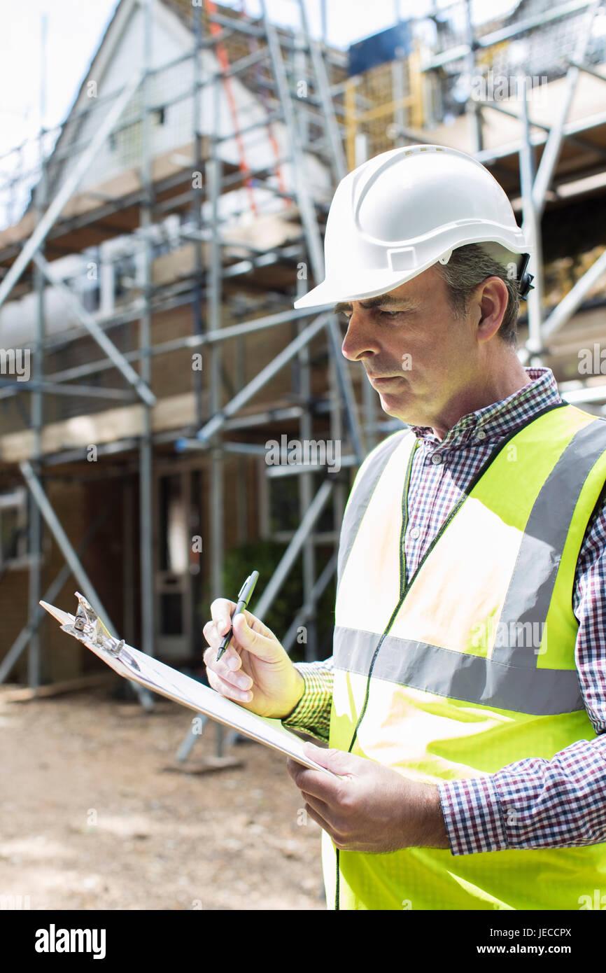 Inspector de construcciones mirando al proyecto de renovación de la casa Imagen De Stock