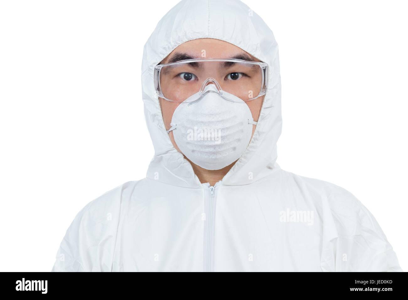 Científico chino asiático en ropa de protección con gafas y mascarilla aisladas en fondo blanco. Foto de stock