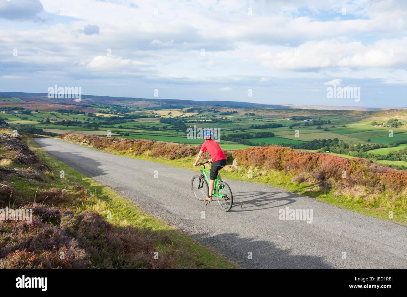 Cerca de Westerdale ciclista en el parque nacional North York Moros. North Yorkshire, Inglaterra. UK Imagen De Stock