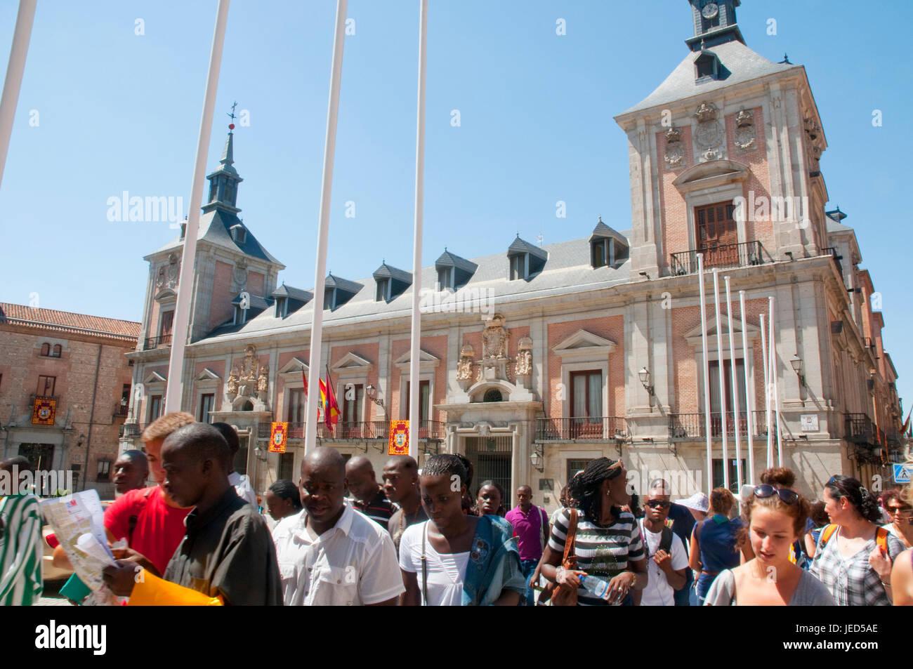 Los jóvenes en la Plaza de la Villa, la JMJ. Madrid, España. Imagen De Stock