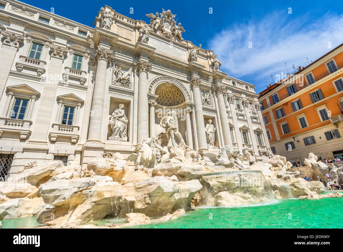 La fontana di Trevi, Fontana di Trevi, una fuente en el rione de Trevi, en Roma, Italia. pie de 25,9 metros de altura Imagen De Stock