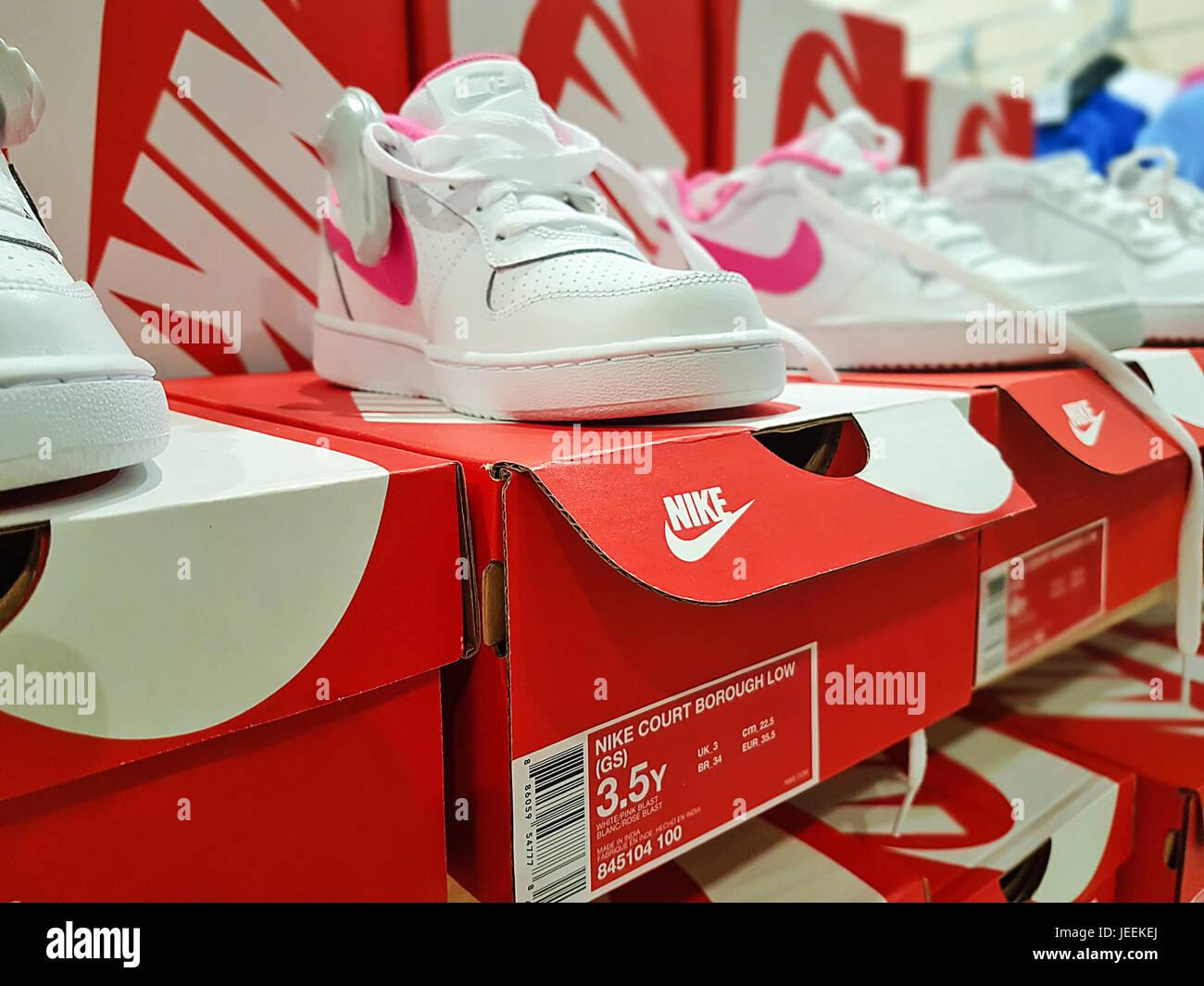 Shop Nike Imágenes De Stock   Shop Nike Fotos De Stock - Alamy 083189b2259f9