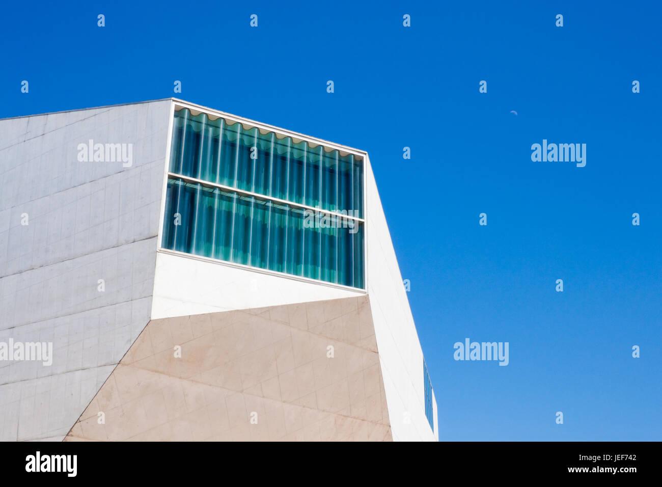 Porto, Portugal - 17 de abril de 2013: Fragmento de la casa de la Música (la Casa da Musica en Oporto, Portugal. Imagen De Stock