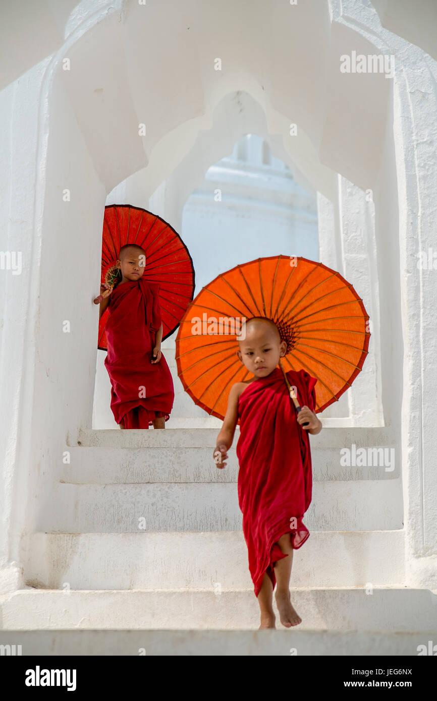 Los monjes con sombrilla en la Pagoda de Hsinbyume Templo en Mandalay Myanmar Región Sagaing Mingon Templo pagoda Foto de stock
