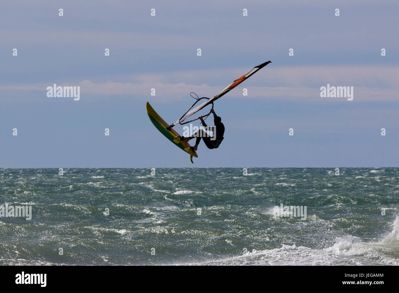 Salto acrobático de windsurf en el mar Foto de stock