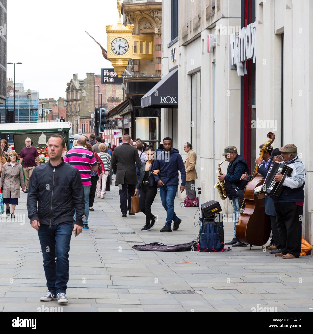 Newcastle-upon-Tyne, Inglaterra, Reino Unido. Northumberland Street Scene con músicos y peatones. Imagen De Stock