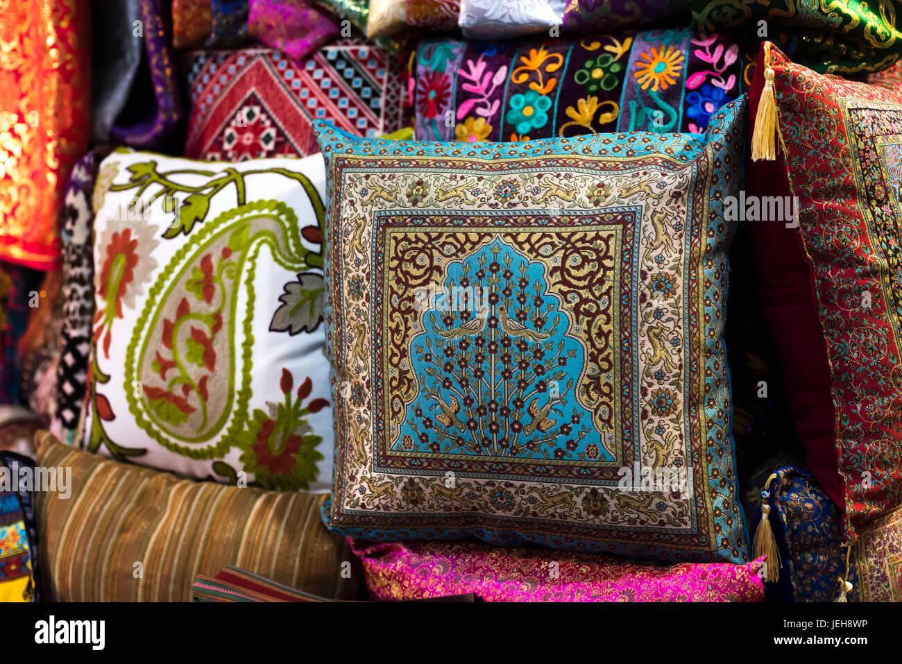 Coloridos Cojines Decorativos En La Exhibicion En El Mercado Arabe - Cojines-arabes
