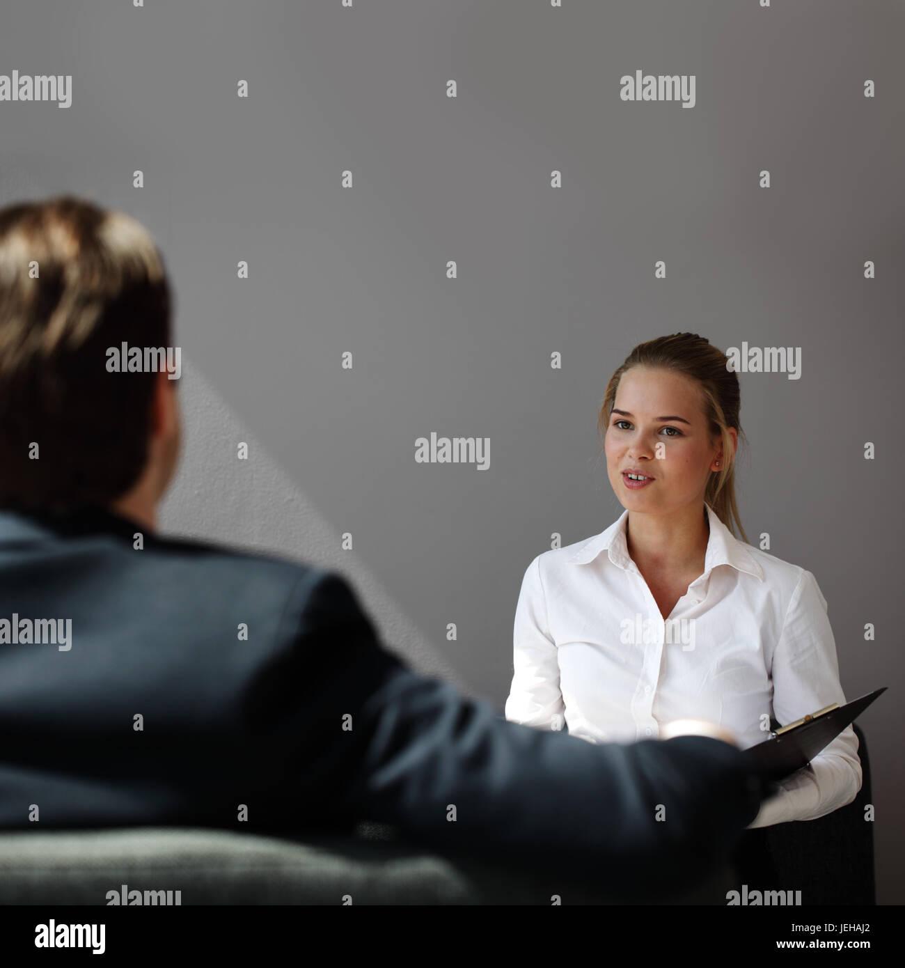 Trabajo entrevista de negocio - empresario escuchar el candidato responde Imagen De Stock