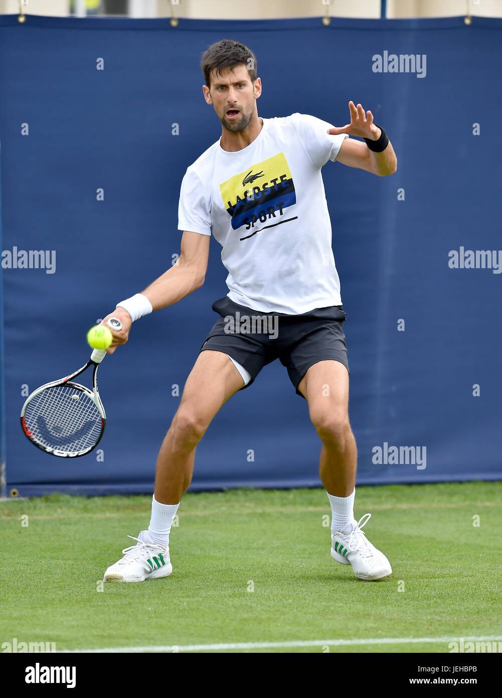 Novac Djokovic practicar en el Aegon International Tennis Tournament en Devonshire Park en Eastbourne East Sussex, Reino Unido. 25 Jun 2017 Foto de stock