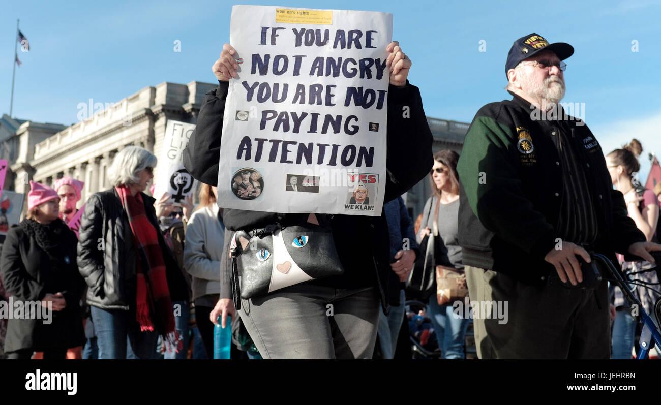 Manifestantes en contra del Trump y el gobierno de los EE.UU. hacen su manera abajo Lakeside Avenue, en Cleveland, Imagen De Stock