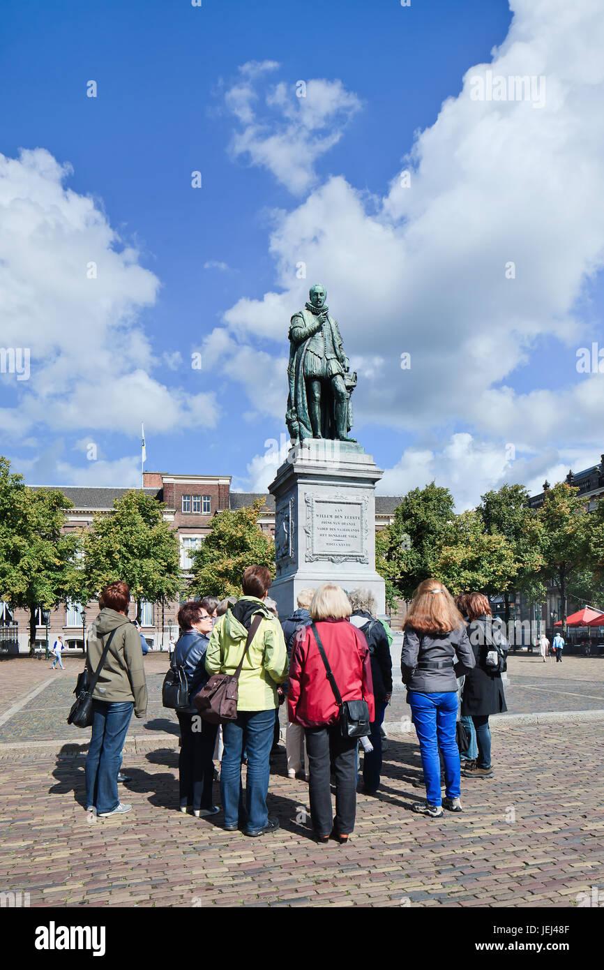 La Haya-Ago. 23, 2014. Grupo turístico en estatua William I. Federico Guillermo I, nacido como William Frederick Imagen De Stock