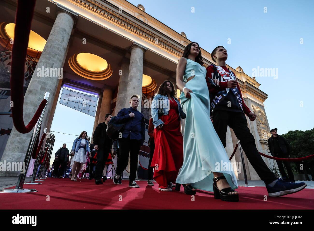 Moscú, Rusia. El 23 de junio, 2017. Los egresados de la escuela caminando hacia el Parque Gorky de Moscú Imagen De Stock