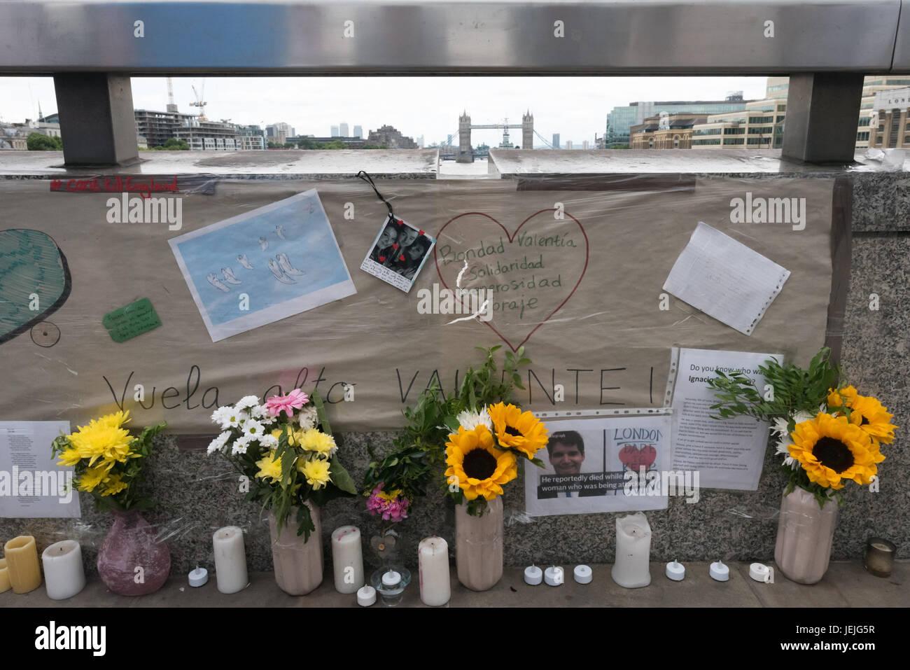 Londres, Reino Unido. 24 de junio de 2017. Londres, Reino Unido. 24 de septiembre de 2017. Flores homenajes y recordar Foto de stock