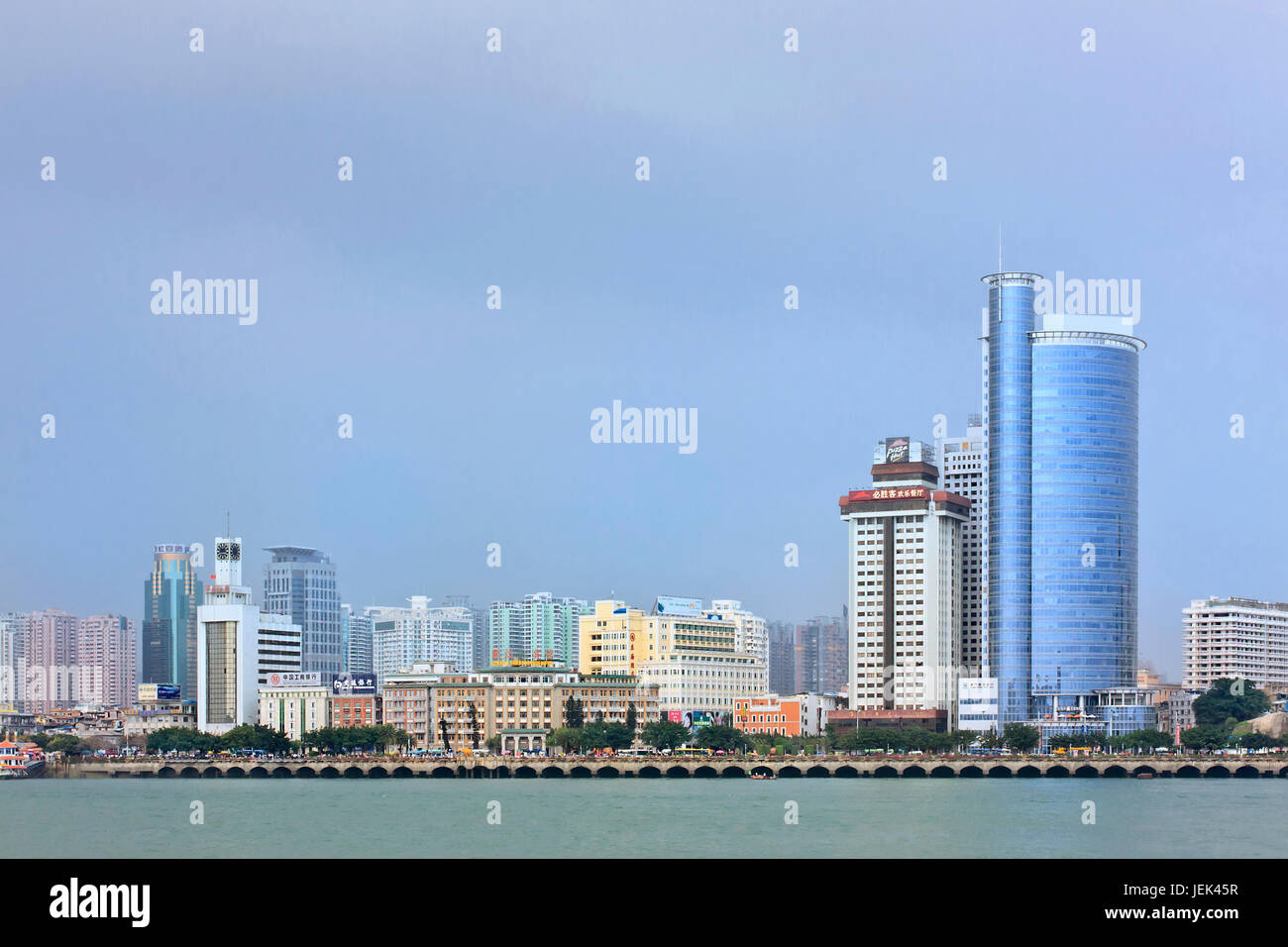 xiamen china el 22 de marzo horizonte de xiamen ciudad importante en la costa sudeste de china con una poblacion de 3 67 millones de euros una de las ciudades mas habitables de china jek45r