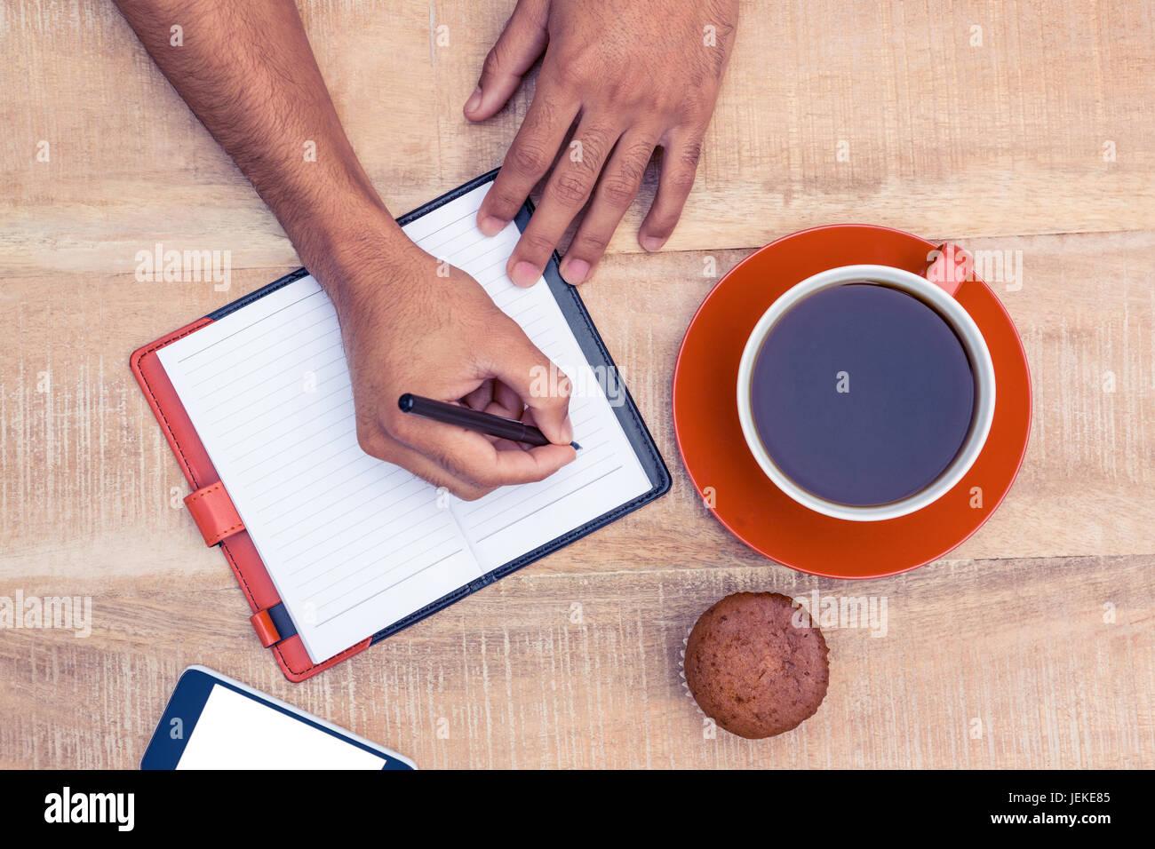 Hombre escrito en los blogs Foto de stock